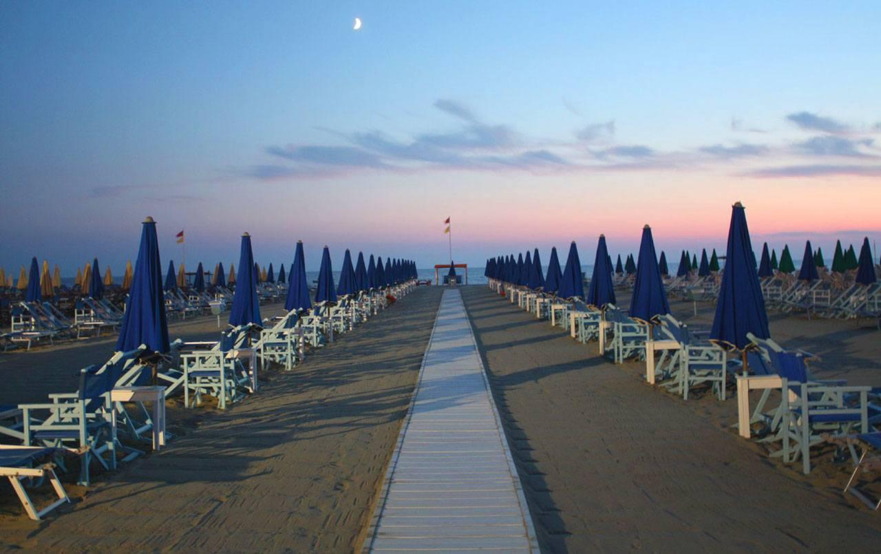 Prezzi spiaggia 1 ombrellone pi 2 lettini viareggio - Bagno genova viareggio prezzi ...